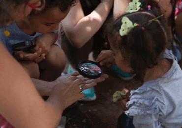 Los niños se reunieron viendo insectos con una lupa