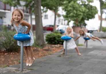 Niños jugando en la acera